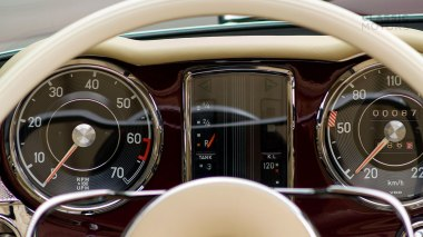 1965-Mercedez-Benz-230-SL-Maroon-113042-10-0101396-Studio_024